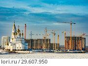 Купить «Православная церковь на фоне  неба и строительства», фото № 29607950, снято 24 декабря 2018 г. (c) Сергеев Валерий / Фотобанк Лори