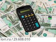 Купить «Калькулятор лежит на тысячных купюрах», эксклюзивное фото № 29608010, снято 19 декабря 2018 г. (c) Игорь Низов / Фотобанк Лори