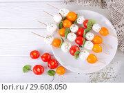 Шашлык из моцареллы и томатов черри. Стоковое фото, фотограф Марина Володько / Фотобанк Лори