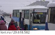 Купить «Люди садятся в автобус во время зимней непогоды», видеоролик № 29618582, снято 26 декабря 2018 г. (c) А. А. Пирагис / Фотобанк Лори