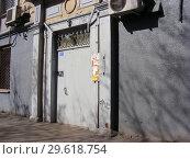 Купить «Подъезд восьмиэтажного кирпичного жилого дома сталинской архитектуры (1951 года постройки). Улица Алабяна, 10, корпус 2. Город Москва», эксклюзивное фото № 29618754, снято 27 марта 2015 г. (c) lana1501 / Фотобанк Лори