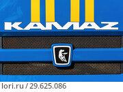 Купить «Фирменная эмблема КамАЗа, надпись: «KAMAZ», решетка радиатора грузового автомобиля с полосками МЧС России», фото № 29625086, снято 2 октября 2018 г. (c) А. А. Пирагис / Фотобанк Лори