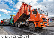 Купить «Work on laying the asphalt surface on a city street», фото № 29625394, снято 29 апреля 2018 г. (c) FotograFF / Фотобанк Лори