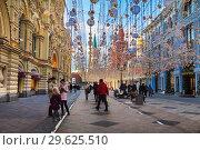 Купить «Nikolskaya street decorated in New year and Christmas holidays and tourists walking on it, Moscow, Russia», фото № 29625510, снято 29 декабря 2018 г. (c) Наталья Волкова / Фотобанк Лори