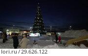 Праздничная городская новогодняя елка, дети катаются с ледяной горки (2018 год). Редакционное видео, видеограф А. А. Пирагис / Фотобанк Лори