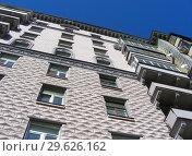 Купить «Девятиэтажный трехподъездный кирпичный жилой дом сталинской архитектуры (1951 года постройки). Улица Алабяна, 10, корпус 2. Район Сокол. Город Москва. Россия», эксклюзивное фото № 29626162, снято 27 марта 2015 г. (c) lana1501 / Фотобанк Лори