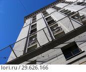 Купить «Девятиэтажный восьмиподъездный кирпичный жилой дом (1955 года постройки, типовая серия СМ-6). Волоколамское шоссе, 1, строение 1. Район Сокол. Город Москва. Россия», эксклюзивное фото № 29626166, снято 27 марта 2015 г. (c) lana1501 / Фотобанк Лори