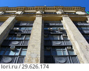 Купить «Девятиэтажный восьмиподъездный кирпичный жилой дом (1955 года постройки, типовая серия СМ-6). Волоколамское шоссе, 1, строение 1. Район Сокол. Город Москва», эксклюзивное фото № 29626174, снято 27 марта 2015 г. (c) lana1501 / Фотобанк Лори