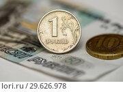 Металлические деньги и бумажные пятьдесят рублей. Крупный план. Стоковое фото, фотограф Игорь Низов / Фотобанк Лори