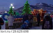 Купить «Люди фотографируются у праздничной композиции «С Новым годом»», видеоролик № 29629698, снято 1 января 2019 г. (c) А. А. Пирагис / Фотобанк Лори