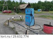 Купить «Старая советская топливораздаточная колонка для бензина», фото № 29632774, снято 30 июля 2018 г. (c) А. А. Пирагис / Фотобанк Лори