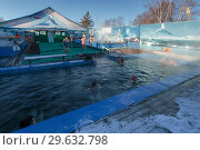 Купить «Люди купаются в бассейне с термальной минеральной водой», фото № 29632798, снято 25 декабря 2016 г. (c) А. А. Пирагис / Фотобанк Лори