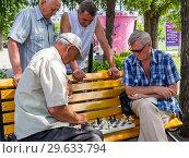 Купить «Шахматная партия проходит на скамейке в парке при участии зрителей», фото № 29633794, снято 12 августа 2018 г. (c) Вячеслав Палес / Фотобанк Лори