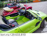 Купить «Стоящие в ряд игрушечные автомобили для катания детей», фото № 29633810, снято 12 августа 2018 г. (c) Вячеслав Палес / Фотобанк Лори