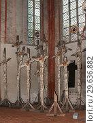 Купить «Любек, Германия. Церковь Святой Марии (St. Maryen zu Luebeck). Инсталляция Гюнтера Юкера (Günther Uecker), посвященная войне 1914-18 г», фото № 29636882, снято 7 ноября 2018 г. (c) Наталья Николаева / Фотобанк Лори