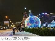 Купить «Москва новогодняя. Елка и шар на Кутузовском проспекте», фото № 29638094, снято 28 декабря 2018 г. (c) Dmitry29 / Фотобанк Лори