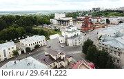 Купить «Panoramic aerial view of city center and Golden Gate in Vladimir, Russia», видеоролик № 29641222, снято 10 июня 2018 г. (c) Яков Филимонов / Фотобанк Лори
