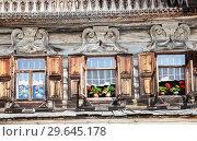 Купить «Windows of old Russian log house with carved wooden platbands», фото № 29645178, снято 23 июля 2014 г. (c) FotograFF / Фотобанк Лори