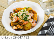 Купить «Stewed potatoes with shrimps, mussels», фото № 29647182, снято 19 января 2019 г. (c) Яков Филимонов / Фотобанк Лори