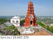Красная пагода (красная чеди) на вершине холма Phra Nakhon Khiri. Исторический парк города Пхетчабури, Таиланд (2018 год). Стоковое фото, фотограф Виктор Карасев / Фотобанк Лори
