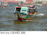 Купить «Туристическая лодка на реке Чаупхрая крупным планом. Бангкок», фото № 29647386, снято 27 декабря 2018 г. (c) Виктор Карасев / Фотобанк Лори