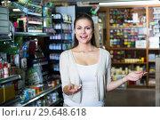 woman in art supplies store. Стоковое фото, фотограф Яков Филимонов / Фотобанк Лори