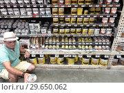 Купить «Florida, Miami, The Home Depot, inside, hardware big box store, do it yourself, shopping, display sale shelves, wood stain, Varathane, man, customer looking reading label,», фото № 29650062, снято 15 декабря 2018 г. (c) age Fotostock / Фотобанк Лори