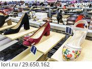 Купить «Florida, Fort Ft. Lauderdale, Sunrise, Sawgrass Mills Mall, shopping, Marshalls Discount Department Store, inside, display sale, women's shoes,», фото № 29650162, снято 20 декабря 2018 г. (c) age Fotostock / Фотобанк Лори