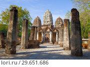 На руинах древнего кхмерского храма Wat Sri Саваи. Исторический парк города Сукхотай, Таиланд (2018 год). Стоковое фото, фотограф Виктор Карасев / Фотобанк Лори