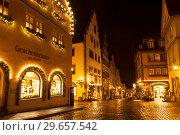 Street in Rothenburg Ob der Tauber before Christmas at night. Bavaria, Germany (2012 год). Редакционное фото, фотограф Наталья Волкова / Фотобанк Лори