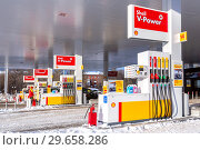 Shell gas station with fueling cars (2018 год). Редакционное фото, фотограф FotograFF / Фотобанк Лори