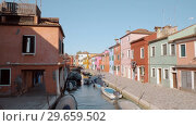 Купить «Brightly coloured houses alongside the canal in Burano, Italy», видеоролик № 29659502, снято 16 августа 2018 г. (c) Данил Руденко / Фотобанк Лори