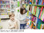 Купить «first graders choosing books in bookstore», фото № 29661814, снято 21 ноября 2019 г. (c) Дарья Филимонова / Фотобанк Лори