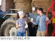 Купить «Couple chatting and enjoying milk», фото № 29662418, снято 18 апреля 2019 г. (c) Яков Филимонов / Фотобанк Лори