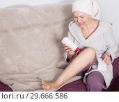 Купить «Woman doing body hair removal», фото № 29666586, снято 21 марта 2017 г. (c) Яков Филимонов / Фотобанк Лори