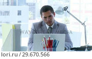 Businessman working in office and a colleague speaking to him. Стоковое видео, агентство Wavebreak Media / Фотобанк Лори