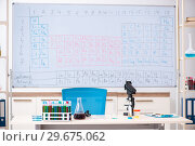 Купить «Young chemist working in the lab», фото № 29675062, снято 19 октября 2018 г. (c) Elnur / Фотобанк Лори