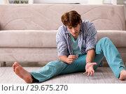 Купить «Young man committing suicide with razor blade», фото № 29675270, снято 25 сентября 2018 г. (c) Elnur / Фотобанк Лори