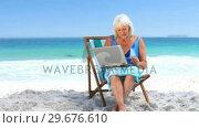 Aged woman using a laptop. Стоковое видео, агентство Wavebreak Media / Фотобанк Лори