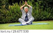 Купить «Mature woman doing yoga», видеоролик № 29677530, снято 6 ноября 2010 г. (c) Wavebreak Media / Фотобанк Лори