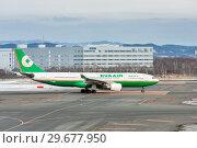 Купить «Пассажирский самолет AIrbus A330-200 тайваньской авиакомпании EVA Airways готовится к взлету в аэропорту Саппоро (Япония)», фото № 29677950, снято 22 мая 2019 г. (c) Александр Гаценко / Фотобанк Лори
