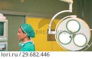 Купить «Smiling female surgeon standing next to a monitor», видеоролик № 29682446, снято 24 апреля 2012 г. (c) Wavebreak Media / Фотобанк Лори