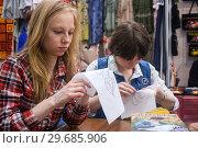 Купить «Молодые женщины (девушки) обучаются вышивальным стежкам на Формуле рукоделия, Москва», эксклюзивное фото № 29685906, снято 10 июня 2016 г. (c) Наталья Федорова / Фотобанк Лори