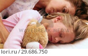 Mother and daughter sleeping together in bed. Стоковое видео, агентство Wavebreak Media / Фотобанк Лори