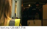 Купить «Supervisor checking while worker carrying cardboard box», видеоролик № 29687714, снято 17 октября 2015 г. (c) Wavebreak Media / Фотобанк Лори