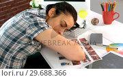 Купить «Tired business executive sleeping at her desk», видеоролик № 29688366, снято 31 марта 2016 г. (c) Wavebreak Media / Фотобанк Лори