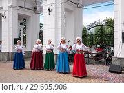 Russia, Khabarovsk, August 18, 2018: Girls in Russian-folk costumes sing at festival. Редакционное фото, фотограф Катерина Белякина / Фотобанк Лори