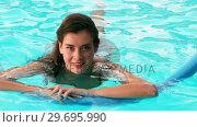 Купить «Portrait of a woman relaxing in swimming pool», видеоролик № 29695990, снято 29 ноября 2016 г. (c) Wavebreak Media / Фотобанк Лори