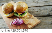 Купить «Hamburgers with sliced onion», видеоролик № 29701570, снято 13 января 2017 г. (c) Wavebreak Media / Фотобанк Лори