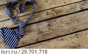 Купить «Heart shape tie isolated on wooden plank», видеоролик № 29701718, снято 13 января 2017 г. (c) Wavebreak Media / Фотобанк Лори